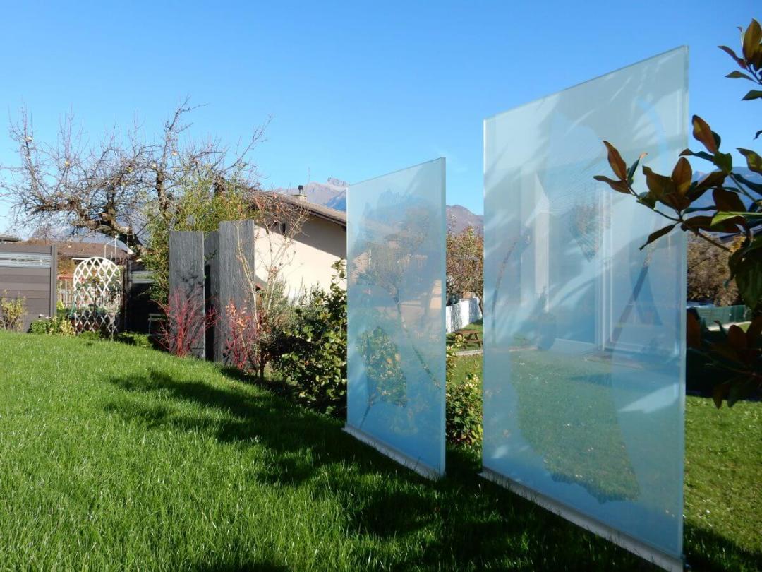 Des pares vues en verre avec des feuilles de Ginkgo