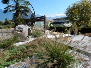 Une graminée Pennisetum au coeur d'un jardin aménagé