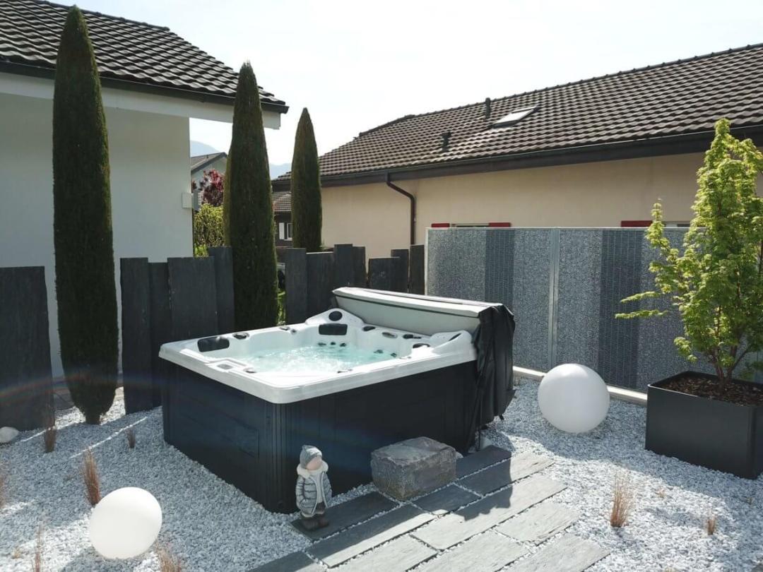 Spa aménagé avec gabions et palissades ardoises