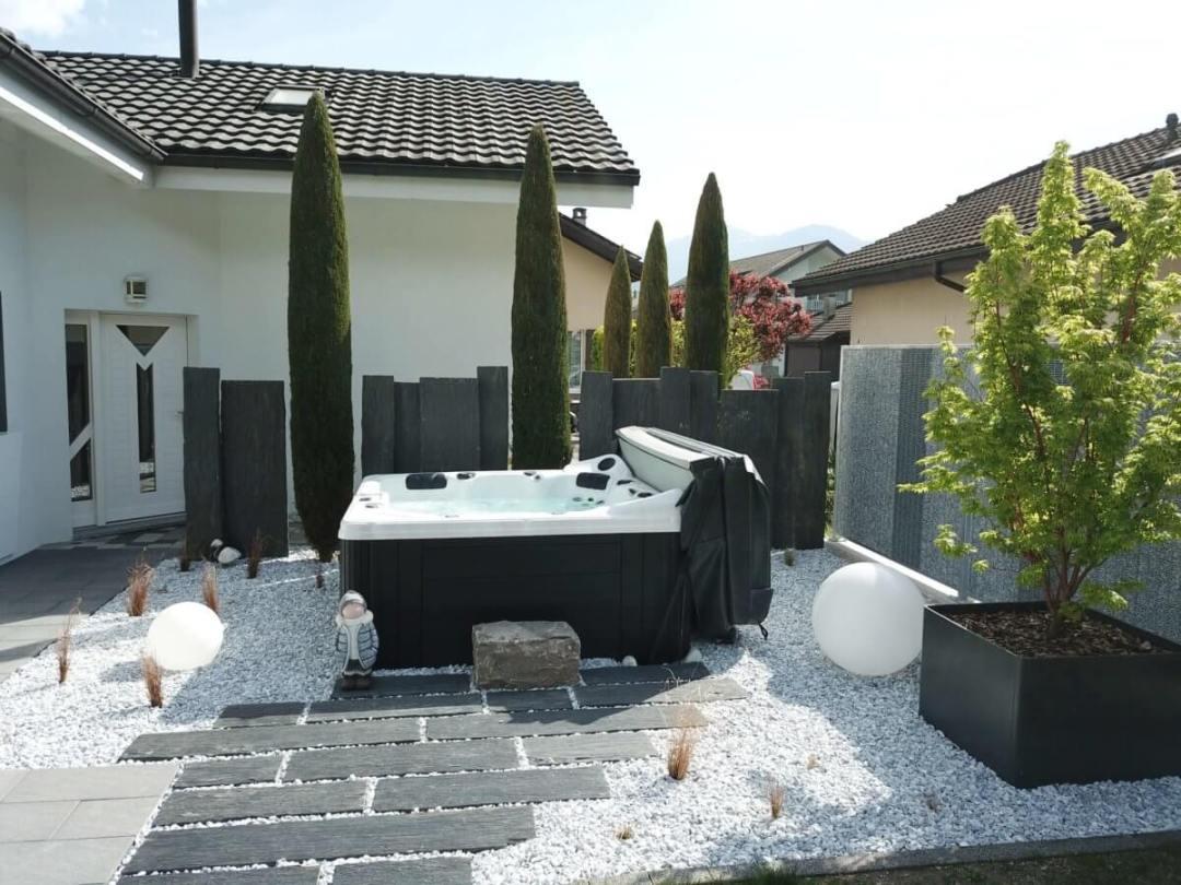 Un Spa aménagé dans le Valais avec un érable en pot