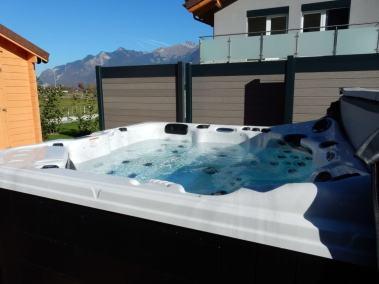 Un spa hors sol aménagé par un paysagiste dans le Valais Suisse