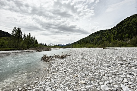Bild: Im Tal der Isar bei Wallgau - Blick auf die Zugspitze. NIKON D700 mit CARL ZEISS Distagon T* 3,5/18 ZF.2 ¦¦ ISO200 ¦ f/11 ¦ 1/500 s ¦ FX 18 mm.