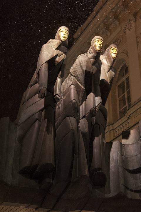 Bild: Die Plastik DREI MUSEN über dem Eingang zum Nationalen Dramatheater in Vilnius. NIKON D700 und AF-S NIKKOR 28-300 mm 1:3.5-5.6G ED VR.