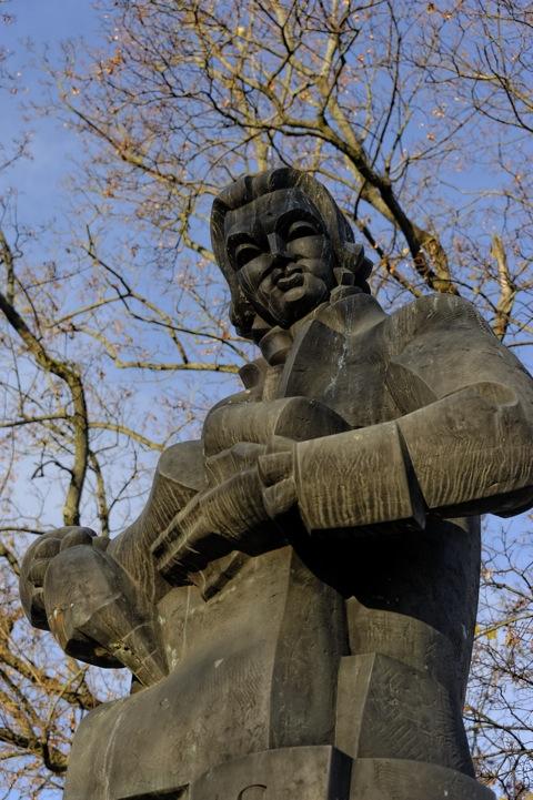 Bild Denkmal zu Ehren von Laurynas Gucevičius, dem bekanntesten Architekten des Klassizismus in Litauen. NIKON D700 mit AF-S NIKKOR 28-300 mm 1:3.5-5.6G ED VR.