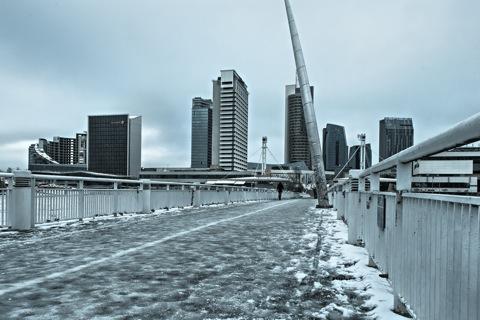 Bild: Vereiste Fußgängerbrücke über die Neris in Vilnius. Nikon D700 mit Objektiv AF-S NIKKOR 28-300 mm 1:3.5-5.6G ED VR.