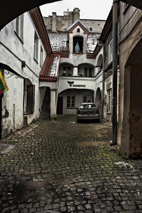 Bild: Zum Schluss noch der wahrscheinlich schönste Hinterhof von ganz Vilnius - Pilies gatvė. NIKON D700 mit CARL ZEISS Distagon T* 2.8/25 ZF.