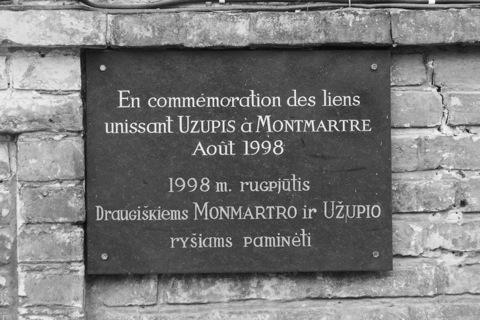 Bild: An der ersten Kneipe unmittelbar am rechten Ufer der Vilnelė erinnert eine Tafel an die Partnerschaft mit dem Pariser Künstlerviertel Montmartre.