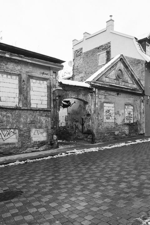 Bild: Wir werden gleich durch dieses Tor an der Užupio gatvė gehen und eine verfallene Seitenstraße vorfinden.