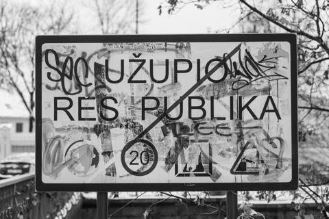 Bild: Unser Spaziergang durch Užupis endet wieder an der gleichen Brücke über die Užupio gatvė und wir verlassen die gleichnamige Freie Republik.