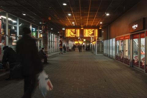 Bild: Unterwegs im unterirdischen Busterminal in Tallinn unter dem Einkaufszentrum Viru Keskus.