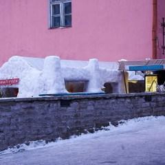 Bild: Bar aus Schnee und Eis an der Aussichtsplattform in der Kohtu auf dem Domberg von Tallinn.