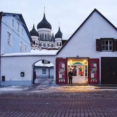 Bild: Souvenirgeschäft am Kiriku plats. Im Hintergrund ist die Alexander-Newski-Kathedrale zu sehen.
