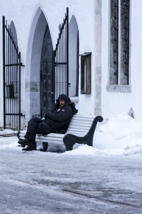 Bild: Endlich geschafft - kuschelig eingepackt sitzt der Kollege wieder auf der Bank am Dom in der Oberstadt in Tallinn. Klicken Sie auf das Bild um es zu vergrößern.