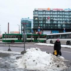 Bild: Am Viru Keskus gibt es gegen 08:00 Uhr jede Menge Busverkehr und jede Menge Menschen eilen zur Arbeit.