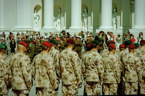 Bild: Aufmarsch zur Ordensverleihung für den Afghanistaneinsatz der Litauischen Armee auf dem Kathedralenplatz in Vilnius - NIKON D700 und AF-S NIKKOR 24-120 mm 1:4G ED VR.