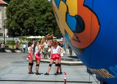 Bild: Fair Play am Sonntagnachmittag auf dem Vabaduse Väljak - dem Freiheitsplatz - in Tallinn. NIKON D700 mit AF-S NIKKOR 24-120 mm 1:4G.