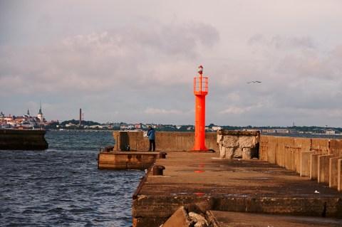 Bild: Morgen an der Mole im Hafen von Pirita. Zu den wenigen Frühaufstehern gehören eine handvoll Angler. NIKON D700 und AF-S NIKKOR 24-120 mm 1:4G ED VR.