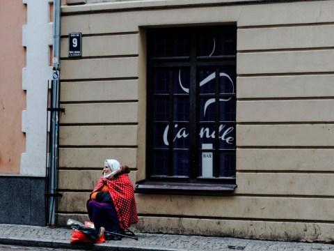 Bild: Wer gar nichts künstlerisches zu bieten hat, tut sich schwer, ein paar Lats zu bekommen. Alte Frau bettelt in der Kaļķu iela am Livenplatz in Riga. OLYMPUS OM-D E-M5 mit M.Zuiko Digital 12-50 mm 1:3.5-6.3 EZ. ISO 400 ¦ f/7,1 ¦ 50 mm ¦ 1/15 s ¦ kein Blitz. Klicken Sie auf das Bild um es zu vergrößern.
