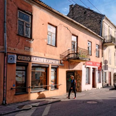 Bild: Unterwegs in der Neustadt von Vilnius. NIKON D700 mit AF-S NIKKOR 24-120 mm 1:4G ED VR. ISO 200 ¦ f/7,1 ¦ 24 mm ¦ 1/400 s ¦ kein Blitz. Klicken Sie auf das Bild um es zu vergrößern.