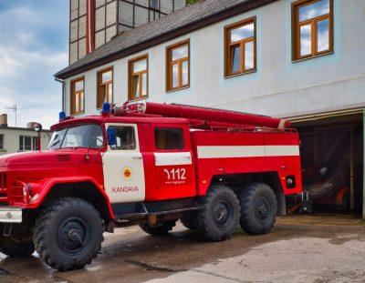 Fototour und Technik: Das Feuerwehrauto ZIL-131 am Depot in der Kleinstadt Kandava