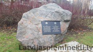 Piemiņas zīme – akmens Strazdumuižas pamieram (Foto: R. Ķipurs 2018)