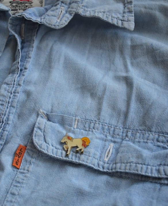 chemise-jeans-vintage-customiser-pins-licorne-blogueuse-mode