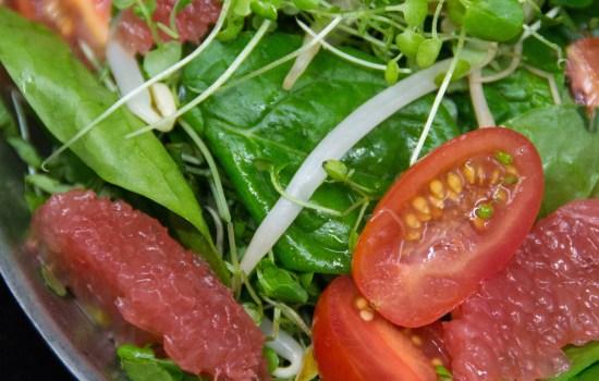 Salade asiatique aux agrumes avec sa vinaigrette au miel et au gingembre