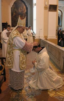 L'imposizione delle mani del Vescovo
