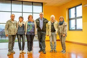 Un gruppo di persone che segue il progetto