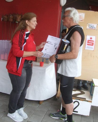 K1600_Andrea Kunz-Lankes gratuliert dem ältesten Teilnehmer Wilhelm Anderl