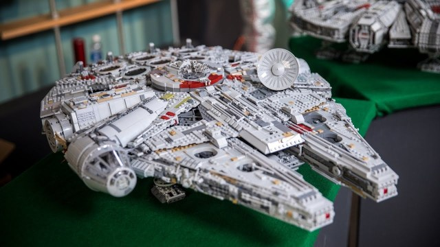 Amazing Timelapse of the 7,541 Piece LEGO Millennium Falcon Being ...