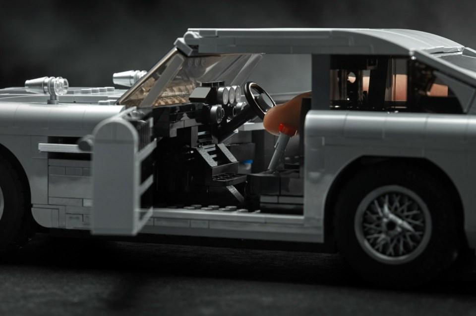 2018 LEGO Creator Expert James Bond Aston Martin DB5 Open Door
