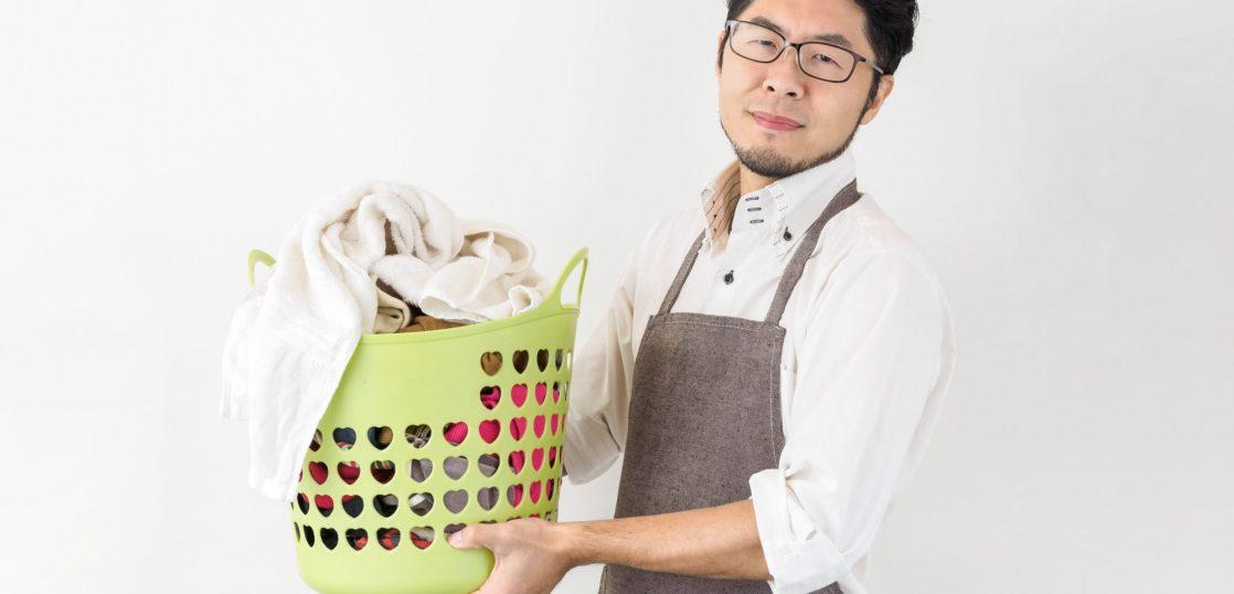 洗濯物を抱える夫