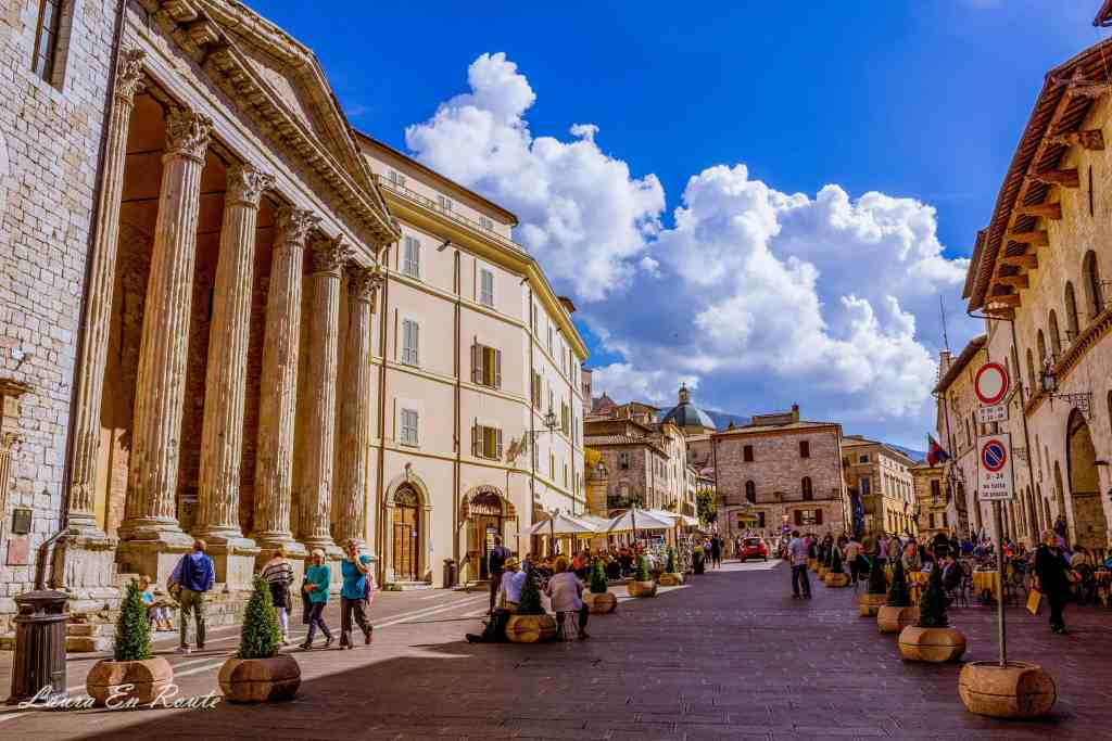 Piazza Del Comune, Assisi, Italy - www.lauraenroute.com