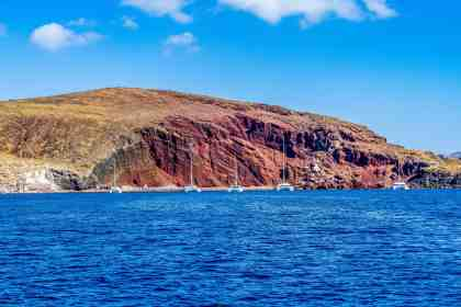 Red Beach - Sailing Santorini - www.lauraenroute.com