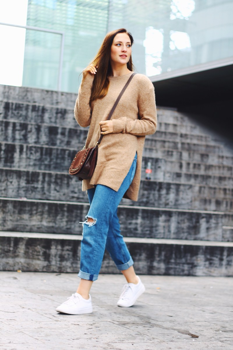 Outfit: beige oversized pullover and destroyed boyfriend jeans