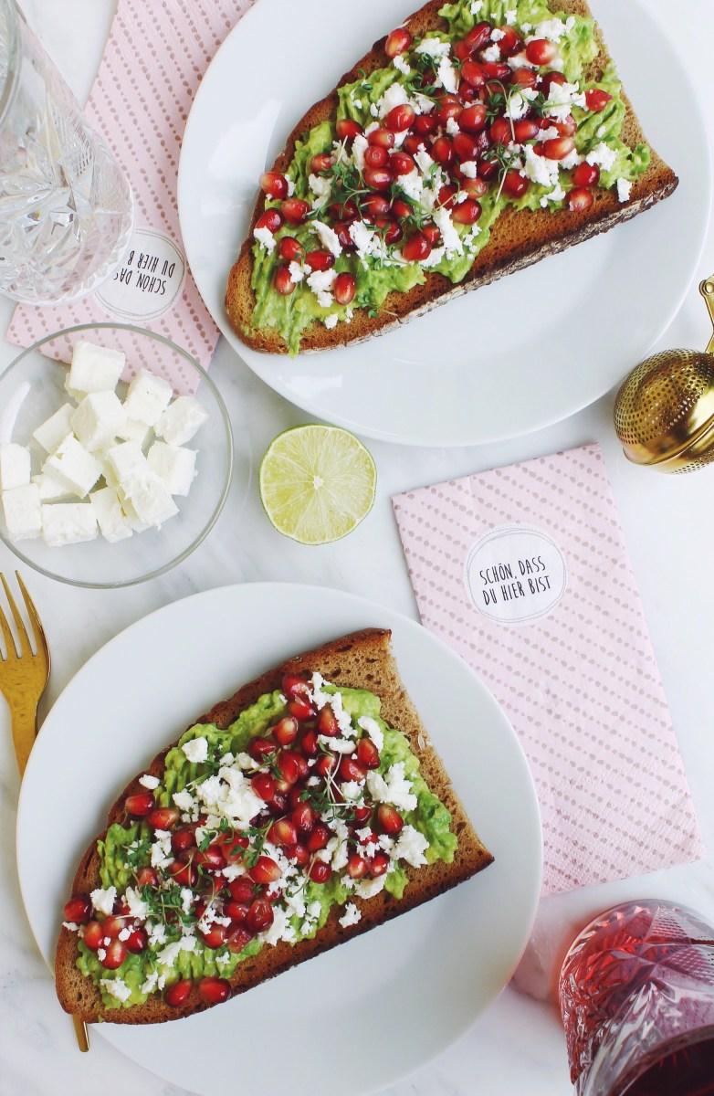 Avocado Brot mit Feta, Granatapfelkernen und Kresse