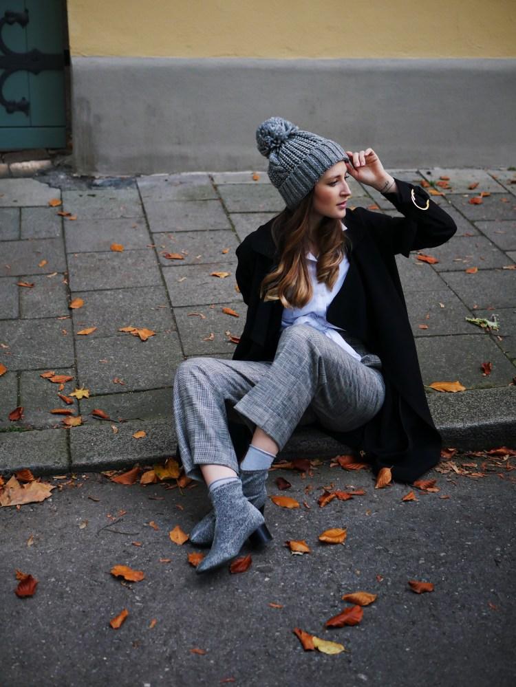 Edited Mantel, Zara High Waist Stoffhose und Glitzerstiefeletten