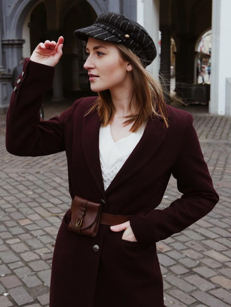 Roter Mantel, Fake Lederhose, Vintage Belt Bag und spitze Stiefeletten