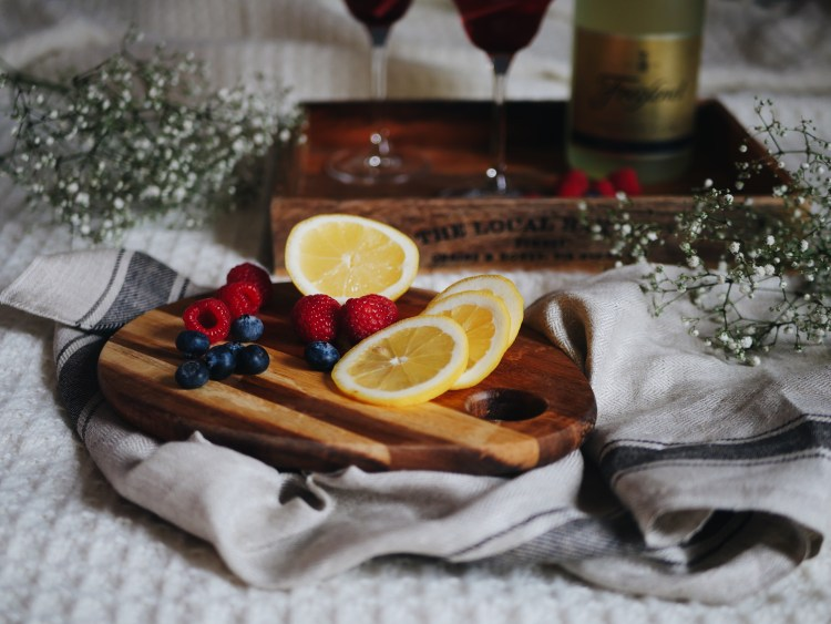 Frühlingsgetränk mit Beeren und Zitrone