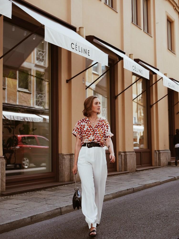 Streetstyle Laura Herz Bedruckte Bluse, weiße Palazzo Hose