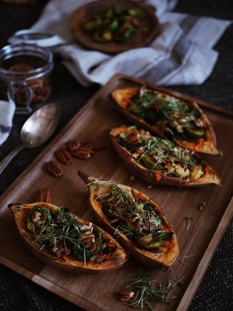 Gefüllte Süßkartoffel mit Spinat, Haloumi und Rosenkohl