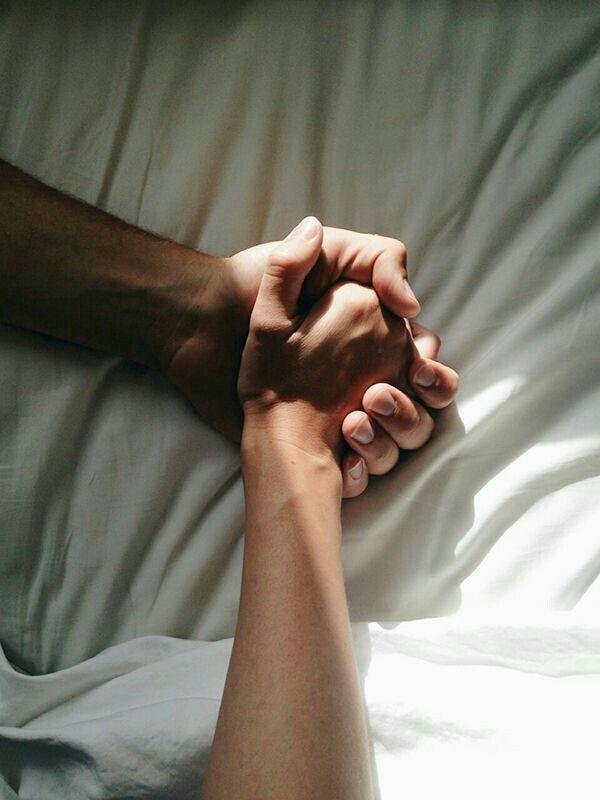 Händehalten Bett