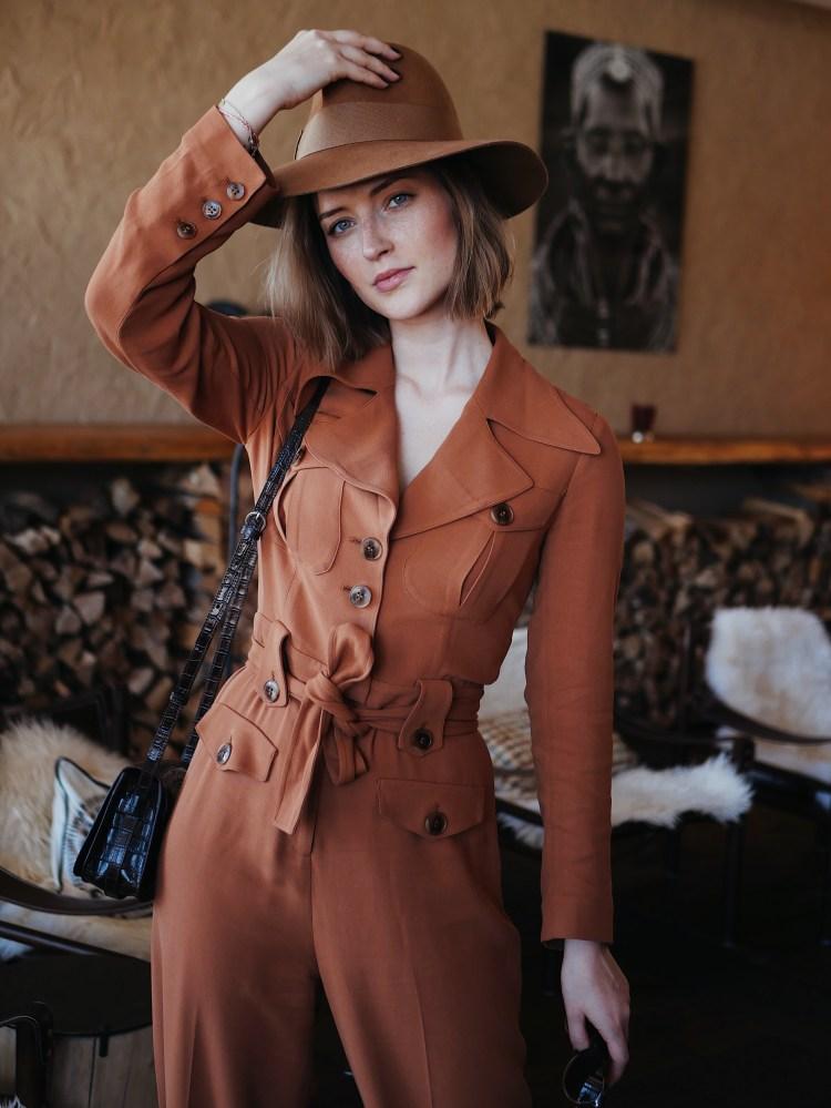 Belted Workwear Jumpsuit mit Cowboy Boots und Hut