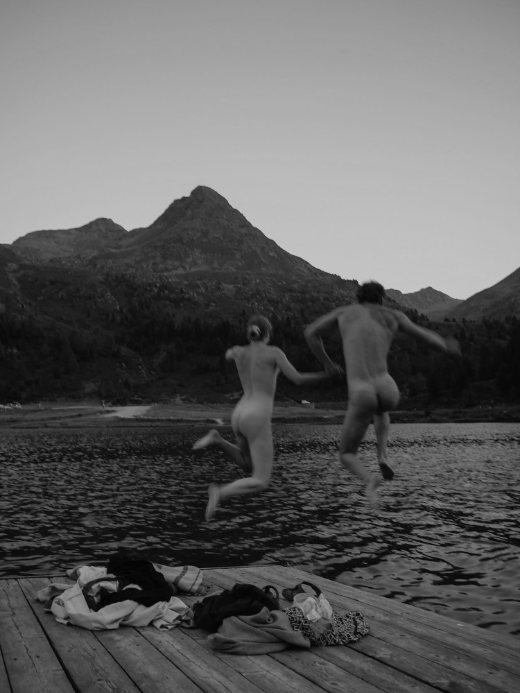 Couple Photography naked in lake