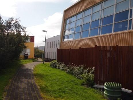 Von dem Punkt nach Süden geguckt, rechts eine ehemalige Turnhalle, in der heute ein Vorlesungssaal ist, und hinter dem Holzzaun befinden sich die Hot Tubs.