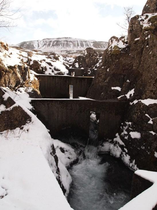 """das Wasser beim Wasserfall Glanni wird zum Teil über """"Fischgräten"""" umgeleitet"""
