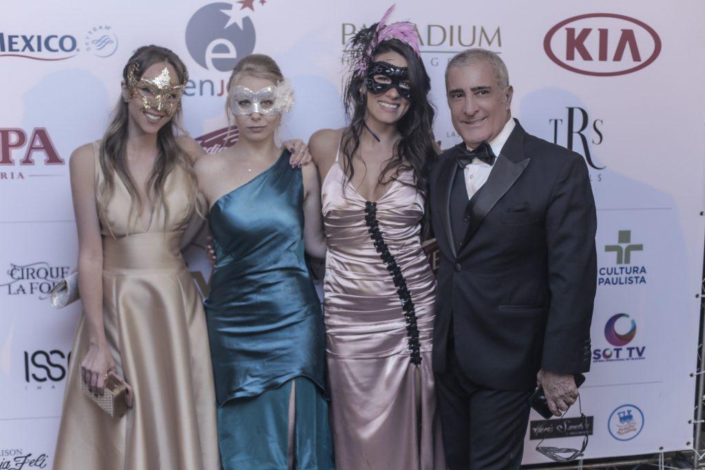 Laura Kassab no baile de gala de máscaras da Elite Magazine