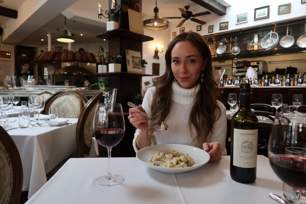 Laura Kassab no restaurante Olio e Piu em Manhattan NY