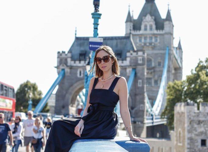 Laura Kassab na Tower Bridge de Londres na Inglaterra
